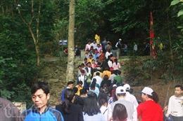 Bỏ thu phí tham quan, lượng khách về Đền Hùng tăng cao