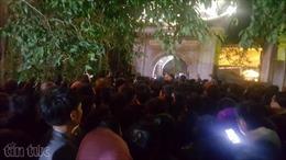 Cả nghìn người cố chờ cho được 'Dấu thiêng nhà đền'