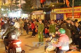 Công an trông xe miễn phí, làm 'hàng rào sống' giữ an toàn cho người dân đi lễ chùa Phúc Khánh