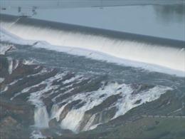 Đập thủy điện cao nhất Mỹ sắp sập, dân California sơ tán khẩn cấp