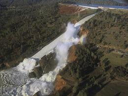Dòng nước kinh hoàng từ con đập sắp vỡ ở California, Mỹ