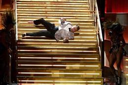 Người dẫn Grammy bị sự cố ngã cầu thang đau điếng