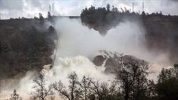 Sức  tàn phá kinh hoàng của dòng nước từ đập sắp vỡ ở Mỹ