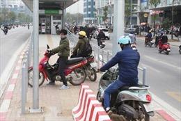 Xử lý nghiêm phương tiện đi ngược chiều trước nhà chờ buýt nhanh