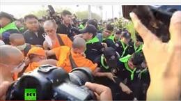 Hàng trăm nhà sư ẩu đả với cảnh sát trong vụ truy bắt trụ trì rửa tiền
