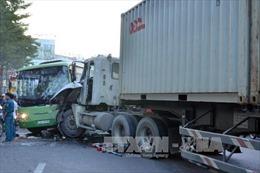 Kon Tum: Kịp thời giải cứu tài xế và phụ xe khỏi xe container bị lật