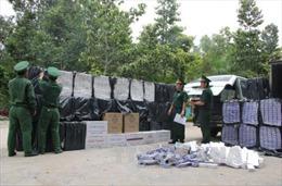 Vận chuyển hàng nghìn cây thuốc lá lậu, bỏ chạy khi bị phát hiện