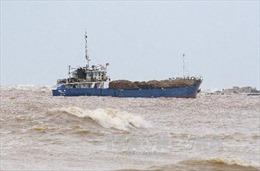 Khẩn trương cứu nạn 12 thuyền viên trên tàu mắc cạn gần Cảng Cửa Việt