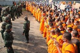Thủ tướng Thái Lan bảo vệ việc phong tỏa chùa để truy tìm nhà sư rửa tiền