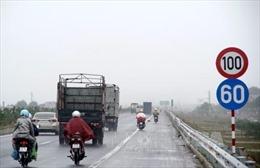 Ô tô 4 chỗ ngang nhiên đi ngược chiều trên cao tốc Hà Nội - Bắc Giang