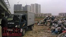 'Núi rác' bất ngờ xuất hiện bên đường ngay giữa Thủ đô