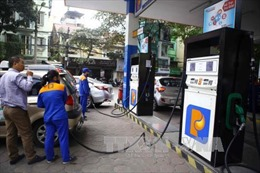 Giá xăng giảm nhẹ 76 đồng/lít