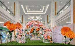 Độc, lạ 'vườn hoa giấy tự nở' tại Vincom