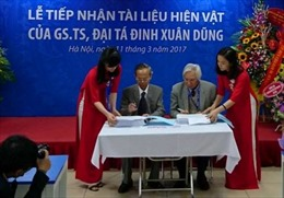 GS.TS Đại tá Đinh Xuân Dũng trao tặng sưu tập tài liệu cá nhân
