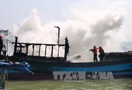 Cứu 6 ngư dân trên tàu cá bốc cháy ngoài khơi
