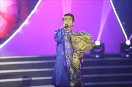 Nam ca sĩ Huy Luân đưa vợ và con trai lên sân khấu để nói về cha