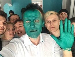 Ứng viên tổng thống Nga bị 'nhuộm xanh' trên đường đi vận động
