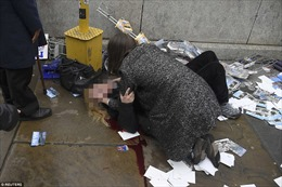 Người bị thương la liệt bên ngoài Điện Westminster-trụ sở Quốc hội Anh