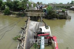 Sập cầu vì quá trọng tải hơn 3 lần, tài xế cùng xe 18 tấn lao xuống sông