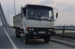 Xử nghiêm lái xe tải đi ngược chiều trên cầu Nhật Tân để răn đe