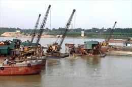Bắt quả tang nhiều tàu khai thác cát trái phép trên sông Hồng