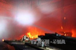 Cháy xưởng gỗ trong đêm, hàng trăm m2 nhà xưởng bị thiêu rụi