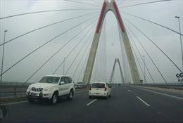 4 xe biển trắng, 1 xe biển xanh, lao ngược chiều  trên cầu Nhật Tân