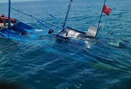 Kịp thời cứu nạn khẩn cấp 5 ngư dân mắc kẹt khi neo đậu tránh bão số 9