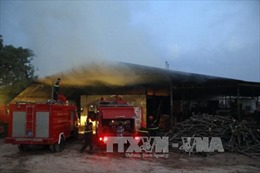 Đắk Nông: Xưởng chế biến gỗ lớn bốc cháy ngùn ngụt