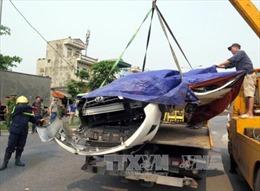 Hình ảnh sốc xe container lật đè bẹp dúm xe 4 chỗ tại Nam Định