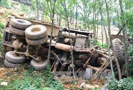 Xe tải ben lao xuống vực sâu, khiến 4 người chết