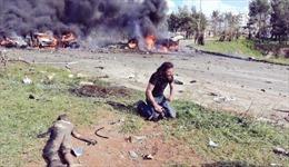 Rúng động cảnh nhiếp ảnh gia bất lực khuỵu gối bên em bé Syria chết vì bom
