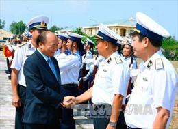 Thủ tướng kiểm tra huấn luyện sẵn sàng chiến đấu của lữ đoàn tên lửa hải quân