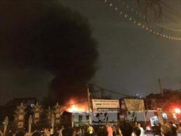 Hà Nội: Gara ô tô tại quận Hà Đông bốc cháy dữ dội trong đêm