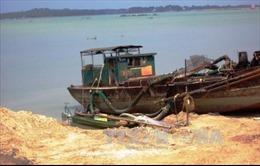 Bắt tàu khai thác cát trái phép trên sông Hồng