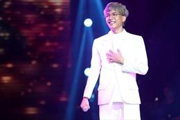 The Voice 2017 vòng liveshow: Anh Tú tự tiết chế, biến mình thành chàng trai nhu mì trên sân khấu với 'Ánh nắng của anh' của Khắc Hưng