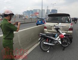 Ô tô đi vào làn xe máy trên cầu Sài Gòn, một phụ nữ nhập viện cấp cứu
