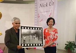 Nhiếp ảnh gia Nick Út trao tặng 'Em bé Napalm' cho Bảo tàng Phụ nữ