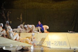'Dưới cát là nước' lần đầu tiên được công diễn trên đất Nga