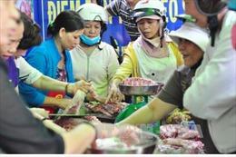 Người chăn nuôi Đồng Nai đem thịt lợn đi bán rong