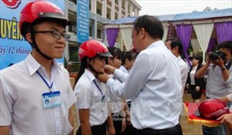 Ủy ban An toàn giao thông Quốc gia trao tặng 1.500 mũ bảo hiểm cho học sinh