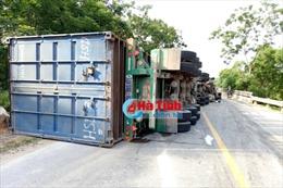 Hà Tĩnh: Xe container lật nghiêng, chắn ngang quốc lộ