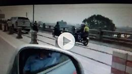 Xử lý nghiêm xe biển xanh đi vào làn đường xe máy trên cầu Thanh Trì