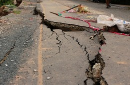 TP Hồ Chí Minh: Thấp thỏm với vết nứt đường dân sinh giáp bờ sông