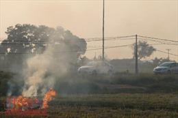 Thời tiết nóng kỷ lục, ngoại thành Hà Nội mịt mù trong khói rơm rạ