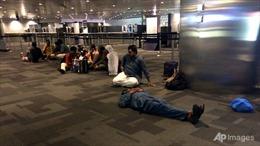 Các chuyến bay của Qatar bị cấm, hành khách vạ vật khắp sân bay