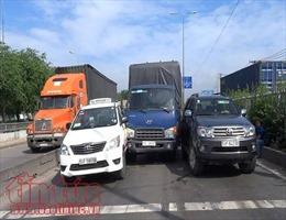 TP Hồ Chí Minh: Xe tải tông vào giữa 2 ô tô chờ đèn xanh, giao thông ùn tắc
