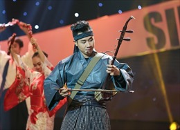 Nguyên Khang mặc kimono chơi nhạc cụ dân tộc tại chương trình 'Sinh ra để toả sáng'