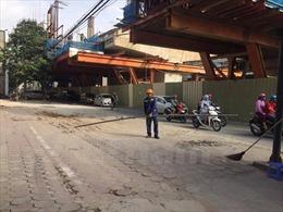 Thanh sắt dài 3m rơi từ công trình đường sắt trên cao Nhổn - ga Hà Nội