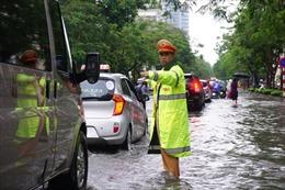 Bóng 'áo vàng' dầm mưa, lội nước phân luồng giao thông trong mưa ngập